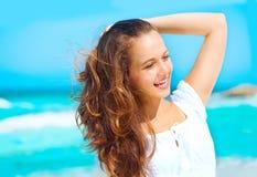 Giovane donna in buona salute di bellezza che gode della vacanza sopra il fondo dell'oceano immagini stock libere da diritti
