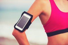 Giovane donna in buona salute di forma fisica con lo Smart Phone Fotografia Stock Libera da Diritti