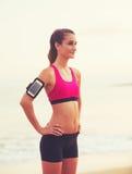 Giovane donna in buona salute di forma fisica con lo Smart Phone Immagine Stock