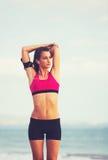 Giovane donna in buona salute di forma fisica con lo Smart Phone Immagini Stock Libere da Diritti