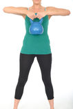 Giovane donna in buona salute di misura che solleva un peso di Bell del bollitore 5kg Fotografia Stock