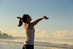 Giovane donna in buona salute di stile di vita a braccia aperte sulla spiaggia della spiaggia di alba Fotografia Stock Libera da Diritti
