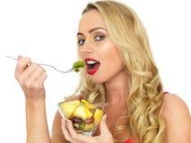 Giovane donna in buona salute felice che mangia macedonia fresca Fotografia Stock Libera da Diritti