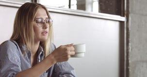 Giovane donna calda che lavora in un video dell'ufficio stock footage