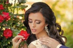 Giovane donna calda del Brunette che fluttua il suo composto di Digitahi dei capelli Bellezza e modo fotografia stock
