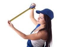 Giovane donna in camici con nastro adesivo di misurazione Fotografia Stock