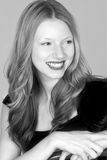 Giovane donna capa rossa Headshot sorridente che osserva fuori Immagini Stock Libere da Diritti