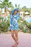 Giovane donna in cappello blu sulla spiaggia Fotografia Stock Libera da Diritti