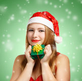 Giovane donna in cappello di Santa con il contenitore di regalo di natale Fotografie Stock