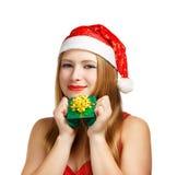 Giovane donna in cappello di Santa con il contenitore di regalo di natale Fotografie Stock Libere da Diritti