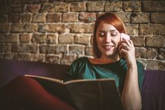 Giovane donna a casa che si rilassa Telefono di conversazione Immagini Stock Libere da Diritti