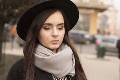 Giovane donna castana in cappello Immagini Stock