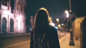 Giovane donna castana che cammina tardi alla notte da solo La ragazza passa attraverso il centro urbano a Roma, Italia vicino al  archivi video