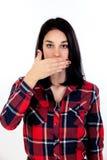 Giovane donna castana che copre la sua bocca Immagine Stock