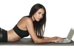 Giovane donna castana che lavora al suo computer portatile Fotografia Stock