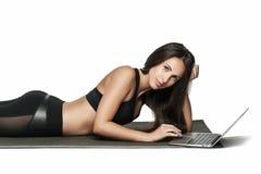 Giovane donna castana che lavora al suo computer portatile Immagine Stock Libera da Diritti