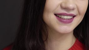 Giovane donna castana che sorride e che parla al fondo nero video d archivio