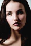 Giovane donna castana di bellezza con i capelli ricci di volo, femme mortale Immagine Stock