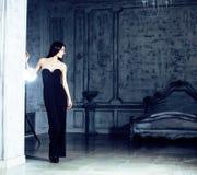 Giovane donna castana di bellezza nell'interno domestico di lusso, alla moda grigio della camera da letto leggiadramente immagini stock