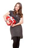 Giovane donna castana splendida con il contenitore di regalo Fotografie Stock Libere da Diritti