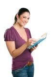 Giovane donna casuale che legge un libro Immagine Stock