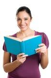 Giovane donna casuale che legge un libro Fotografie Stock Libere da Diritti