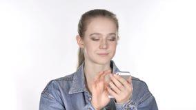Giovane donna casuale che passa in rassegna Smartphone video d archivio