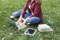 Giovane donna casuale con il computer portatile all'aperto Fotografie Stock
