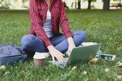 Giovane donna casuale con il computer portatile all'aperto Fotografia Stock Libera da Diritti