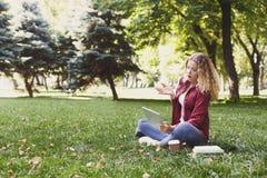 Giovane donna casuale con la compressa ed il taccuino all'aperto Fotografia Stock Libera da Diritti