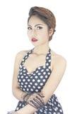 Giovane donna caucasica alla moda che posa retro designazione Immagini Stock
