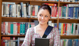 Giovane donna caucasica allegra che tiene un libro Immagine Stock Libera da Diritti