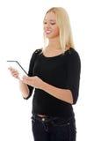 Giovane donna caucasica bionda che per mezzo del calcolatore del ridurre in pani Fotografie Stock