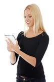 Giovane donna caucasica bionda che per mezzo del calcolatore del ridurre in pani Fotografie Stock Libere da Diritti