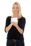 Giovane donna caucasica bionda che per mezzo del calcolatore del ridurre in pani Fotografia Stock