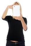 Giovane donna caucasica bionda che per mezzo del calcolatore del ridurre in pani Fotografia Stock Libera da Diritti