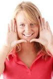 Giovane donna caucasica casuale che incornicia il suo fronte Immagine Stock