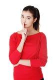 Giovane donna caucasica che fa il segno di silenzio Fotografia Stock