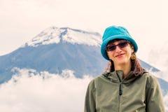 Giovane donna caucasica che fa un'escursione il vulcano di Chimborazo fotografie stock libere da diritti
