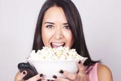 Giovane donna caucasica che guarda un film/TV Fotografie Stock Libere da Diritti