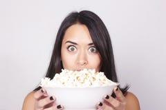 Giovane donna caucasica che guarda un film/TV Immagini Stock