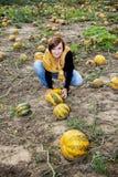 Giovane donna caucasica che lavora al giacimento della zucca Immagine Stock Libera da Diritti