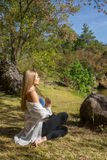 Giovane donna caucasica che medita dall'acqua Fotografia Stock