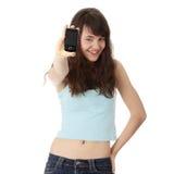 Giovane donna caucasica che per mezzo di un telefono mobile Fotografia Stock