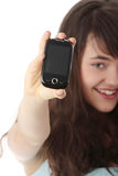 Giovane donna caucasica che per mezzo di un telefono mobile Fotografie Stock