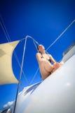 Giovane donna caucasica che si siede davanti ad una barca Fotografia Stock