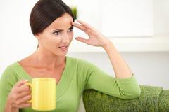 Giovane donna caucasica che tiene una tazza gialla Immagine Stock Libera da Diritti
