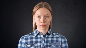 Giovane donna caucasica del ritratto con capelli biondi stock footage