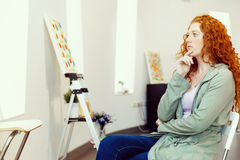 Giovane donna caucasica nella parte anteriore della galleria di arte delle pitture Immagini Stock