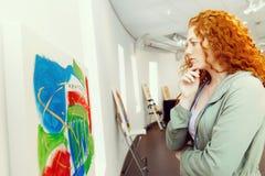 Giovane donna caucasica nella parte anteriore della galleria di arte di Immagine Stock